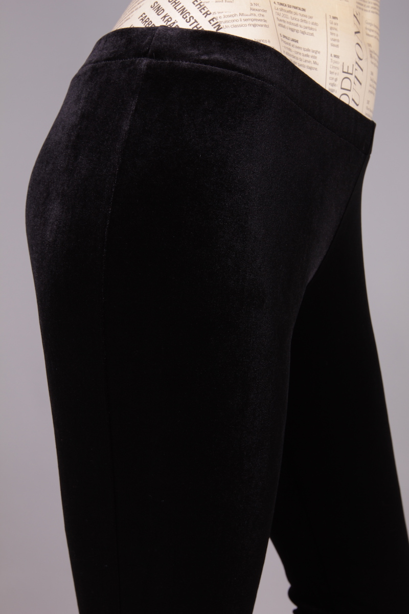 BLACK SHORT LEGGINGS ON VELVET MATERIAL
